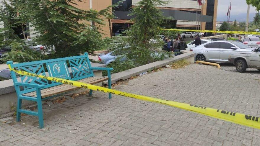 Hastanenin önünde oturan doktoru bıçakladı
