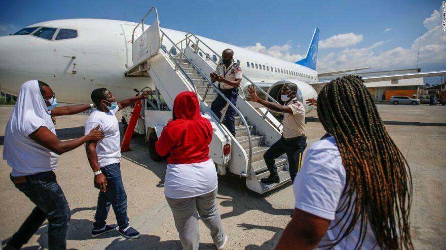 Sınır dışı edilen Haitili göçmenler ABD'ye geri dönmeye çalışıyor
