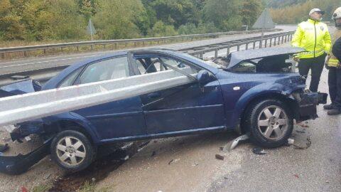 Bursa'da bariyer, otomobile saplandı; baba ile kızı yaralı