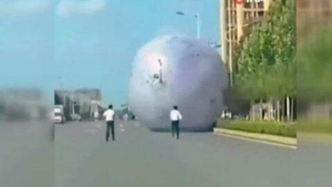 Kontrolden çıkan dev ay balonu otoyola girdi