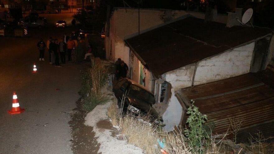 Sivas'ta araç evin bahçesine uçtu: 3 yaralı