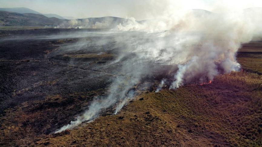 Karamık Gölü'nün kuruyan bölgesinde çıkan yangında bin dekarlık alan kül oldu