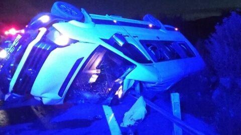 Kız istemeye gidenleri taşıyan minibüs devrildi: 3 yaralı