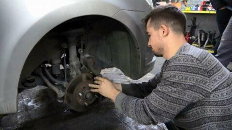 Vatandaş yeni araç alamayınca eskisinin bakım ustası oldu