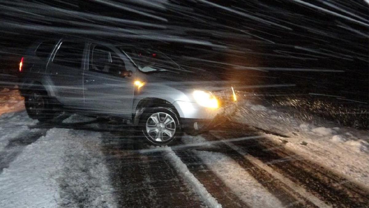 Kış erken geldi! Yollar kapandı, araçlar mahsur kaldı