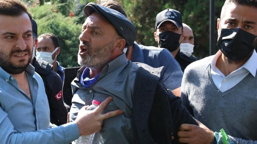 Aşı karşıtlarının mitinginde polise yumruk