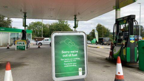 İngiltere'de kamyoncu krizi büyüyor: Petrol istasyonları boşaldı, yabancı şoförlere vize verilecek