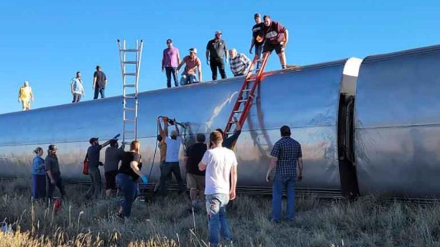 Yolcu treni raydan çıktı: Ölü ve yaralılar var