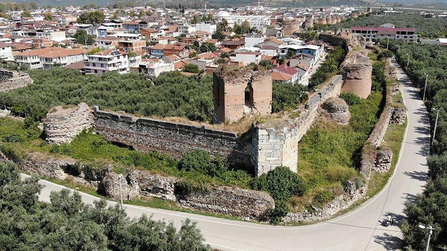 2500 yıllık tarihi surlar ortadan ayrıldı