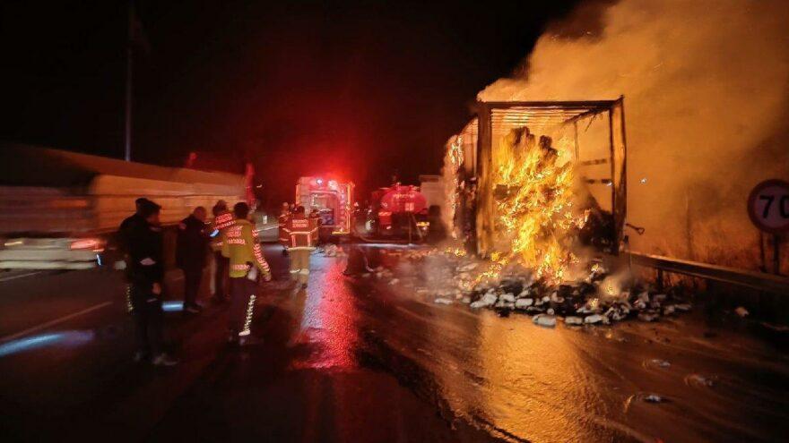 Susurluk'ta kağıt havlu yüklü TIR yandı