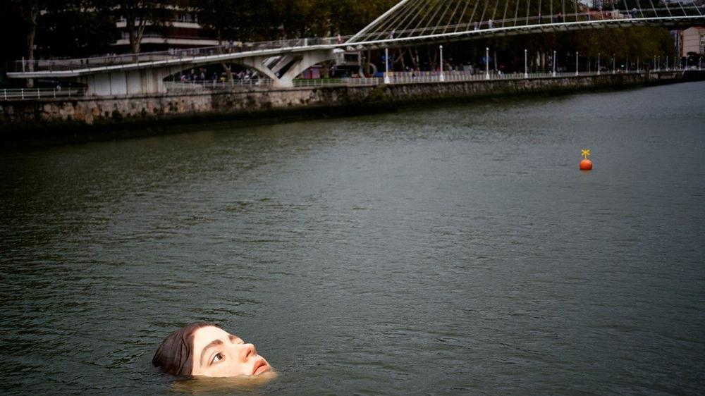 İspanya'da 'boğulan kız heykeli' kriz yarattı