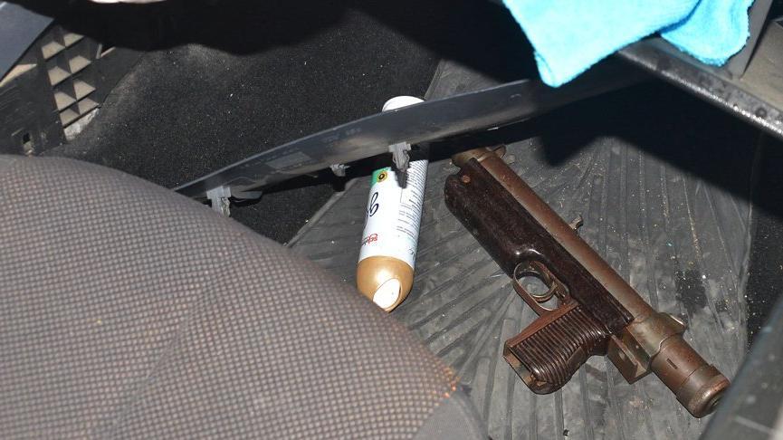 Polisten kaçıp kaza yapınca yakalandı! Aracından otomatik tabanca çıktı