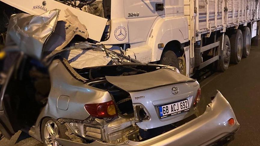 Otomobil, kamyonla çarpıştı: 1 ölü