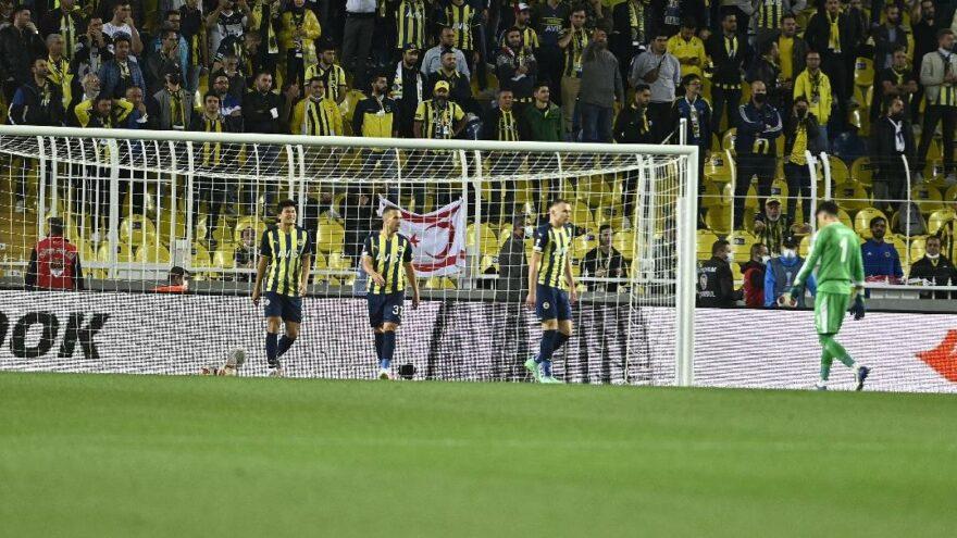 Fenerbahçe taraftarından şok tepki! Su bardakları atıldı…