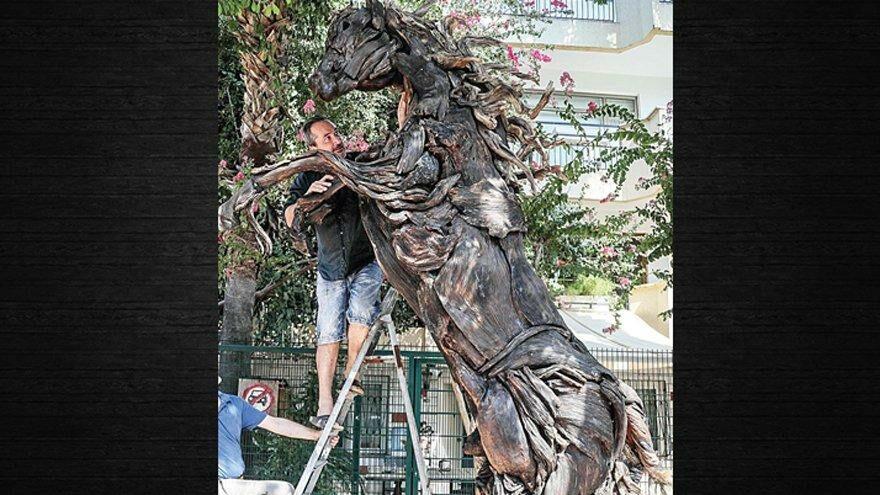 Antalya'da yanan ağaçlar at heykeliyle yeniden hayat buldu
