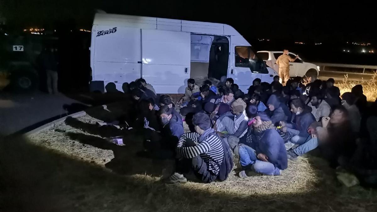 Durdurulan minibüsten 60 Afgan göçmen çıktı