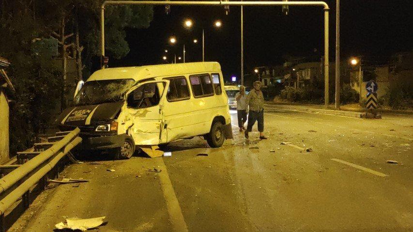 Sürücüsü alkollü minibüs, TIR ile çarpıştı