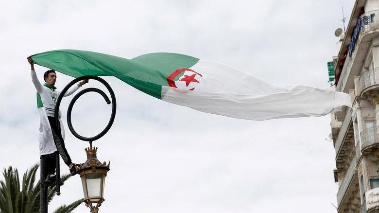 Cezayir, hava sahasını Fransa'ya ait askeri uçaklara kapattı