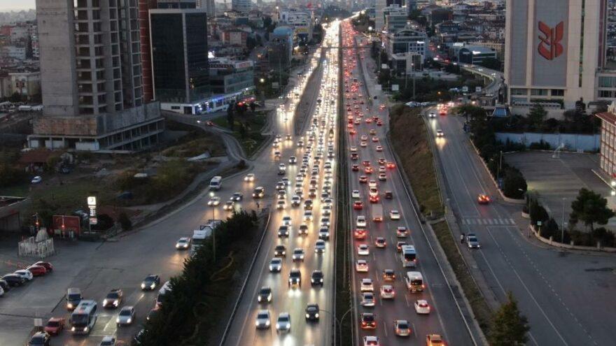 Güneşi gören İstanbullu sokağa çıktı, trafik yüzde 60'ı buldu