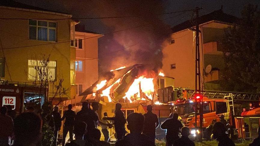 Ümraniye'de 2 katlı iş yerinde çıkan yangında art arda patlamalar