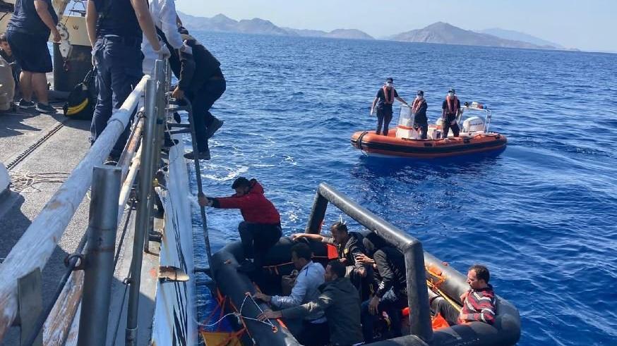 Marmaris açıklarında Yunanistan'ın ittiği 77 göçmen kurtarıldı