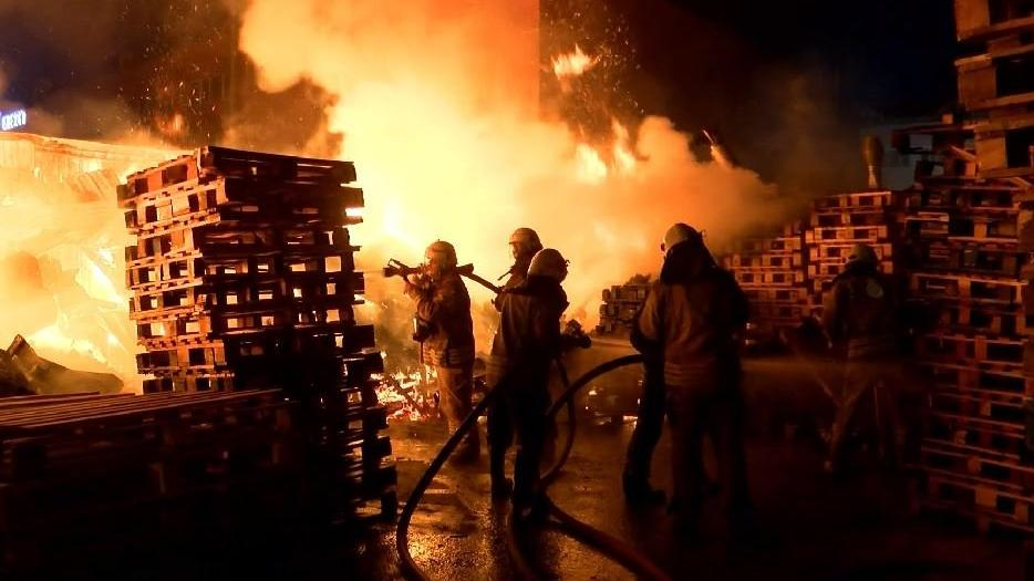 Ümraniye'de palet imalathanesinde yangın