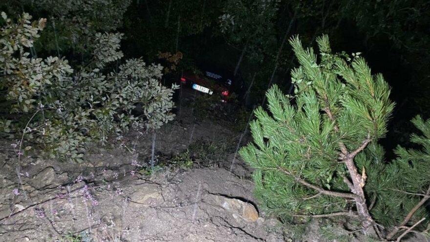 Şarampole yuvarlanan aracı ağaç dalları tuttu