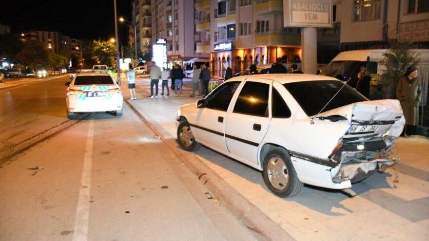 Minibüsle çarpışan otomobil savrularak hamile kadına çarptı