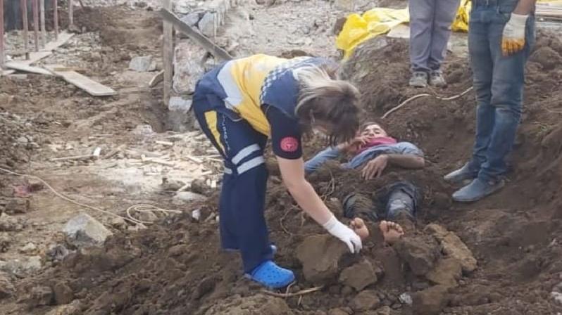 Elektrik akımını kapılan işçiyi toprağa gömdüler