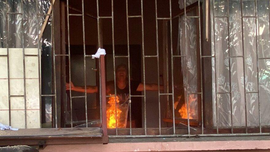 Kızını almaya gelen polislere direnipevi ateşe verdi