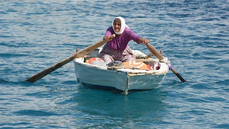 82 yaşında koy koy dolaşıyor, denizde satış yapıyor