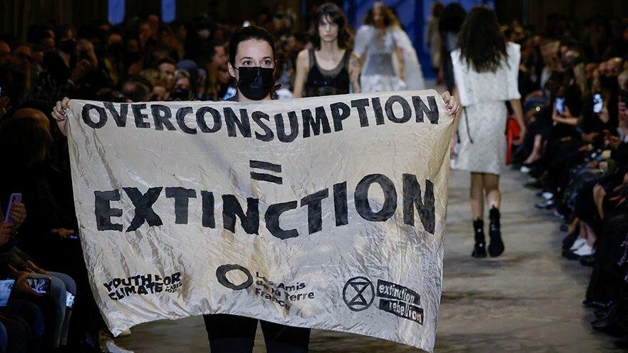 Louis Vuitton defilesinde eylem: Aşırı tüketim=Yok oluş