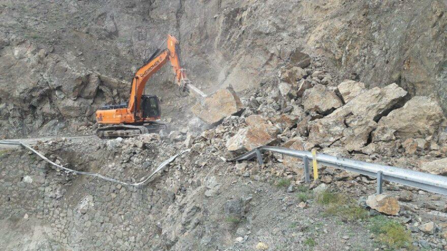 Artvin'de heyelan nedeniyle bir köy yolu ulaşıma kapandı