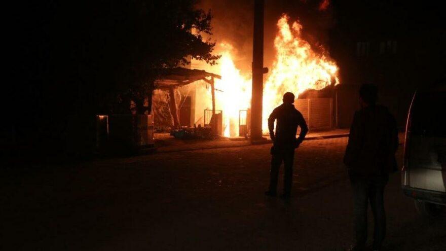 Garajda yangın çıktı, alevler evi sardı