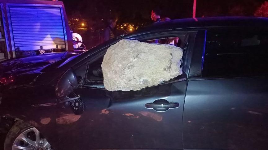 Otomobilin çarptığı kaya parçası cama saplandı: 2 yaralı