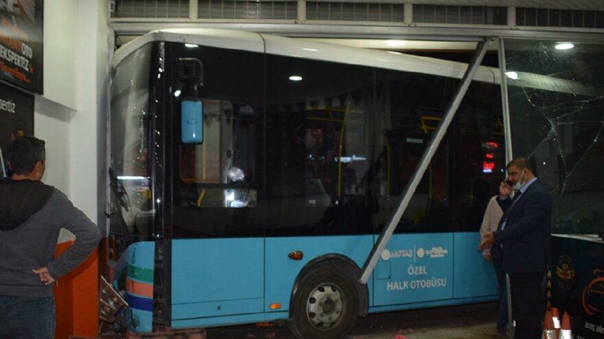 Sürücüsü kalp krizi geçiren otobüs oto bakım servisine daldı