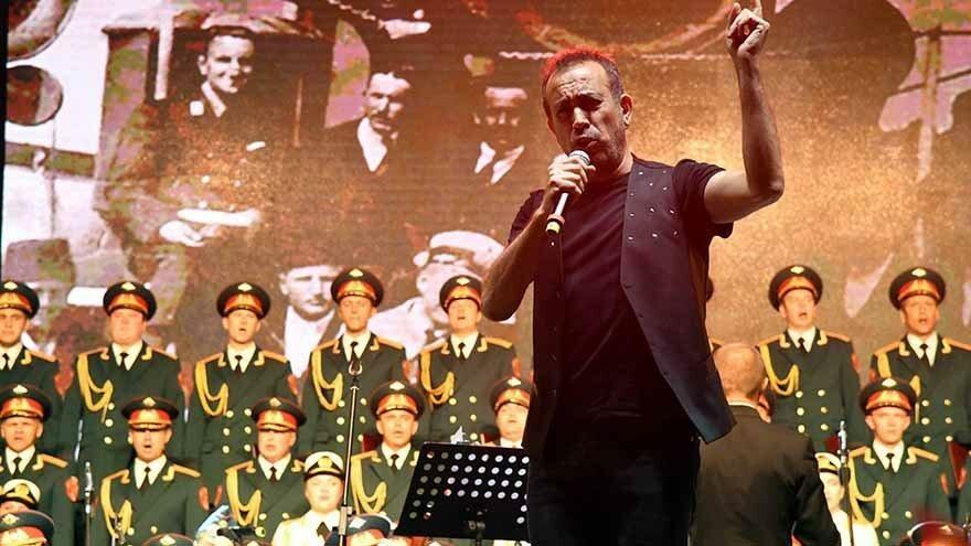 Kızılordu Korosu Haluk Levent'le konser verdi