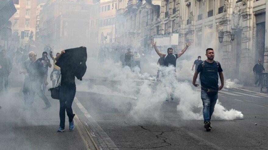 İtalya'da aşı karşıtlarının protestosuna polis müdahalesi