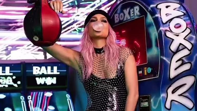 Jennifer Lopez, reklam için pembe saçla kameralar karşısına çıktı