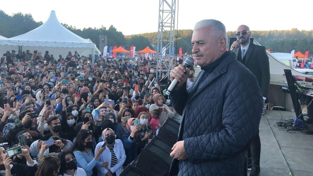Binali Yıldırım türkü söyledi, öğrenciler alkışlayınca...