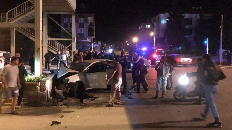 Refüje çarpan otomobildeki 1'i bebek 2 kişi öldü