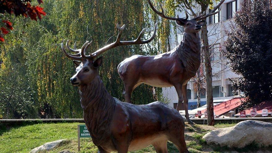Boynuzları kırılan kızıl geyik heykellerine kameralı koruma