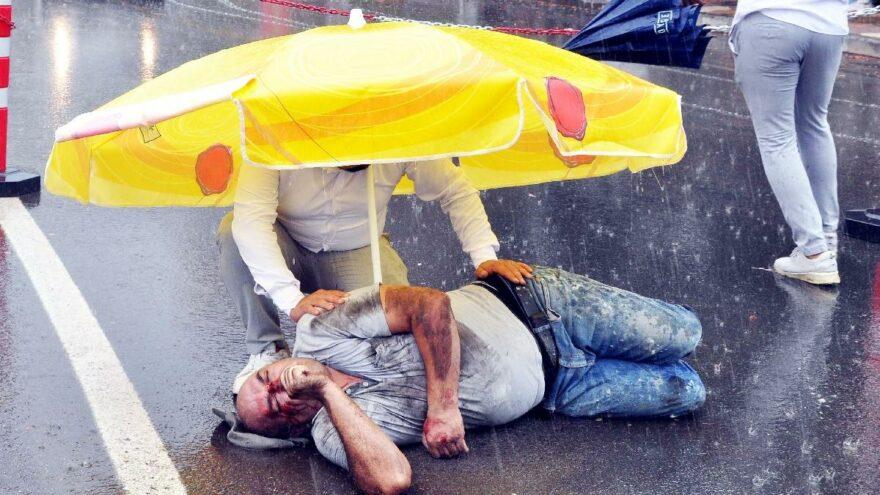 Ambulans gelinceye kadar şemsiye ile korumaya çalıştılar