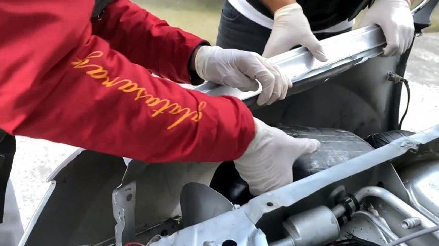 Cipin motor kısmındaki 8 kilo esrarı 'Dark' buldu