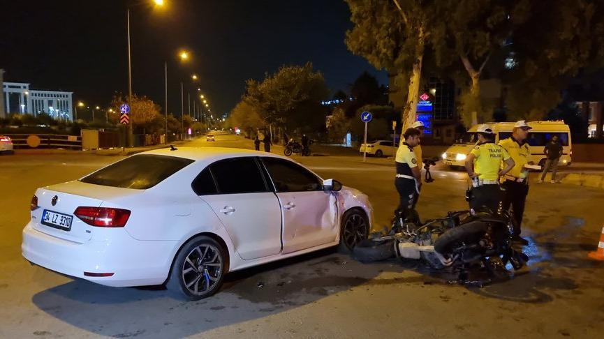 Motosikletli polis ekibi, otomobil ile çarpıştı: 1'i ağır 2 polis yaralı