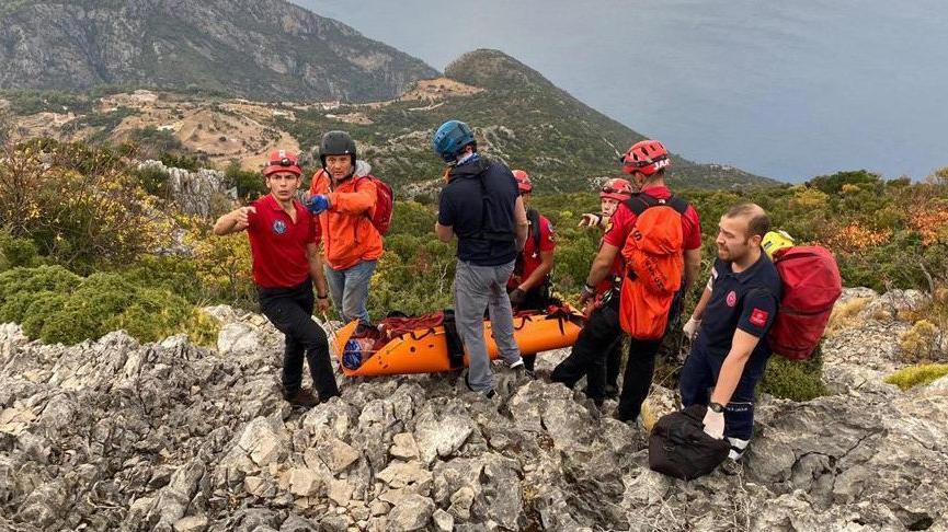 Paraşütle tekli uçuş yapan Rus pilot kayalıklara düştü