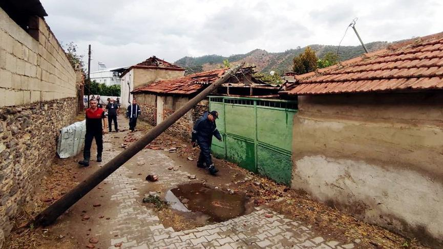 Milas'ta fırtına ağaçları devirdi, çatıları uçurdu