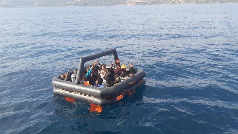 Çanakkale açıklarında 14 düzensiz göçmen yakalandı