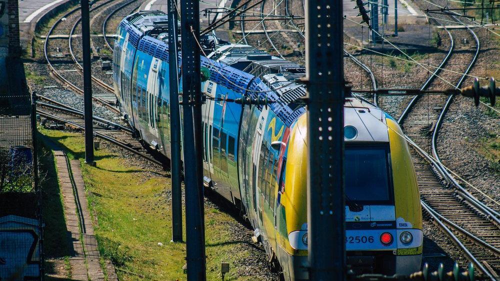 Fransa'da raylarda dinlenen göçmenlere tren çarptı