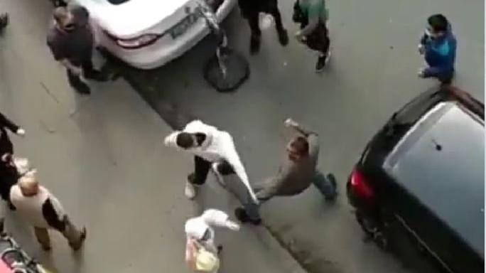Taksiciyle müşteri yumruk yumruğa kavga etti